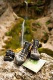 Accesorios del senderismo de la cámara y del mapa de los zapatos Fotos de archivo