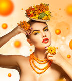Accesorios del serbal en mujer de la moda con maquillaje beuatiful del verano Imagen de archivo