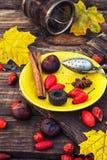Accesorios del té en el platillo amarillo Imagen de archivo