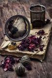 Accesorios del té en medio de los libros desgastados Imagen de archivo libre de regalías