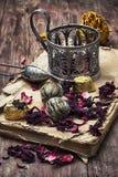 Accesorios del té en medio de los libros desgastados Fotografía de archivo