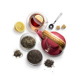 Accesorios del té en un fondo blanco Imágenes de archivo libres de regalías