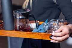 Accesorios del té en una bandeja en manos Imagen de archivo libre de regalías