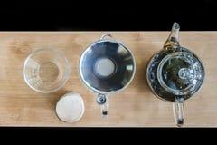 Accesorios del té en una madera Imágenes de archivo libres de regalías