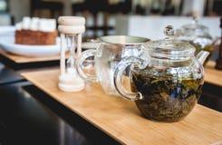 Accesorios del té en una madera Imagen de archivo libre de regalías