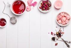 Accesorios del tiempo del té en colores rosados Imagen de archivo