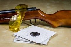 Accesorios del tiroteo en una tabla de madera en una radio de tiro Shie Imagen de archivo libre de regalías