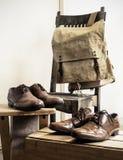 Accesorios del varón del vintage Bolso de la mochila y zapatos de cuero Foto de archivo libre de regalías