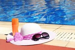 Accesorios del verano alrededor de la piscina al mar Imagen de archivo