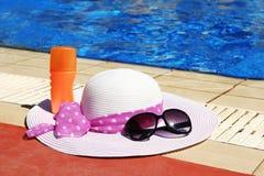 Accesorios del verano alrededor de la piscina al mar Fotografía de archivo