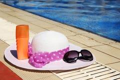 Accesorios del verano alrededor de la piscina al mar Imagen de archivo libre de regalías