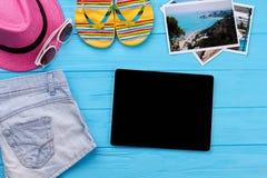 Accesorios del verano alrededor de la tableta Foto de archivo