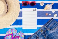 Accesorios del verano con el espacio del cuaderno y de la copia Visión superior y foco selectivo Fotografía de archivo libre de regalías