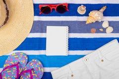 Accesorios del verano con el espacio del cuaderno y de la copia Visión superior y foco selectivo Imagenes de archivo