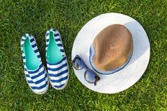 Accesorios del verano del estilo del marinero en hierba verde Imágenes de archivo libres de regalías