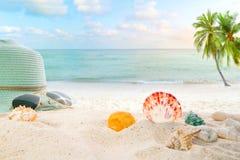 Accesorios del verano en arenoso en playa del verano de la playa Foto de archivo libre de regalías