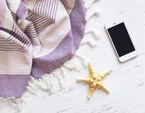 Accesorios del verano en el mármol blanco Imágenes de archivo libres de regalías