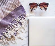 Accesorios del verano en el mármol blanco Fotos de archivo libres de regalías