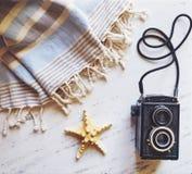 Accesorios del verano en el mármol blanco Fotografía de archivo libre de regalías