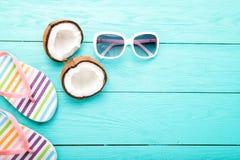 Accesorios del verano en fondo de madera azul Espacio de la visión superior y de la copia Imagen de archivo libre de regalías