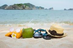 Accesorios del verano en la playa Imagen de archivo