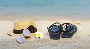Accesorios del verano en la playa Fotografía de archivo
