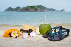 Accesorios del verano en la playa Fotos de archivo