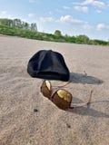 Accesorios del verano en la playa arenosa Imágenes de archivo libres de regalías