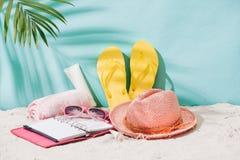 Accesorios del verano en la playa arenosa Relajación exótica del verano concentrada Imagen de archivo libre de regalías