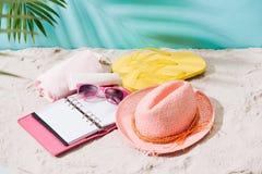 Accesorios del verano en la playa arenosa Relajación exótica del verano concentrada Foto de archivo libre de regalías
