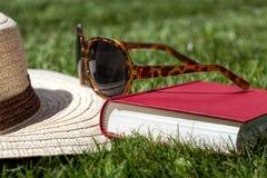 Accesorios del verano en una hierba Imágenes de archivo libres de regalías