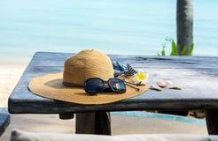 Accesorios del verano en una tabla Fotos de archivo