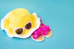 Accesorios del verano para la mujer moderna en sus vacaciones Visión superior Fondo azul con el espacio de la copia Imagen de archivo libre de regalías