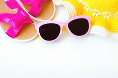 Accesorios del verano para la mujer moderna en sus vacaciones Visión superior Fondo blanco con el espacio de la copia Fotografía de archivo libre de regalías
