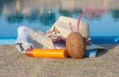 Accesorios del verano por la piscina Fotos de archivo libres de regalías