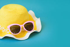 Accesorios del verano - sombrero y vidrios para la mujer moderna en sus vacaciones Visión superior Fondo de madera azul con el es Fotos de archivo