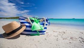 Accesorios del verano, traje de baño, gafas de sol, bolso y Foto de archivo