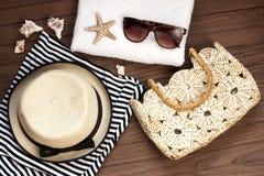 Accesorios del verano, vidrios de sol, bolso y camisa rayada superior Fotos de archivo libres de regalías