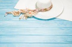 Accesorios del verano y concepto del turismo, opinión superior sobre fondo de madera Foto de archivo libre de regalías