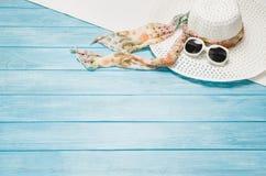 Accesorios del verano y concepto del turismo, opinión superior sobre fondo de madera Fotografía de archivo libre de regalías