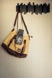 Accesorios del viaje cámara en el bolso listo para un viaje Filt del vintage Imagen de archivo