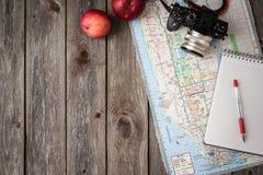 Accesorios del viaje: cámara, mapa, teléfono con los auriculares en la madera b Imagen de archivo libre de regalías
