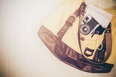 Accesorios del viaje cámara, pluma, cuaderno y antorcha en el bolso listo Imagen de archivo libre de regalías