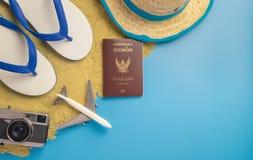 Accesorios del viaje de la playa en la arena y el azul Fotografía de archivo