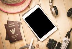 Accesorios del viaje de las vacaciones de verano con la tableta en blanco Foto de archivo libre de regalías