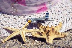 Accesorios del viaje de las vacaciones de verano de la playa en fondo de la arena Imagenes de archivo