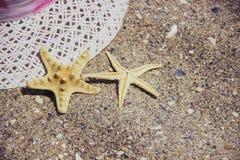 Accesorios del viaje de las vacaciones de verano de la playa en fondo de la arena Fotografía de archivo libre de regalías