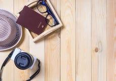 Accesorios del viaje del inconformista en la madera Imagen de archivo libre de regalías