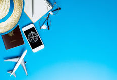 Accesorios del viaje del verano con el compás en el teléfono en azul Imagen de archivo libre de regalías