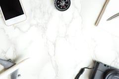 Accesorios del viaje en el mármol blanco Fotografía de archivo libre de regalías